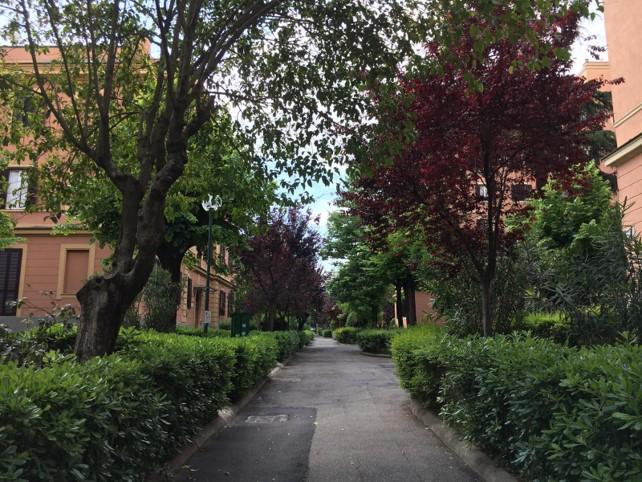 I viali e i giardini del complesso di Villa Riccio