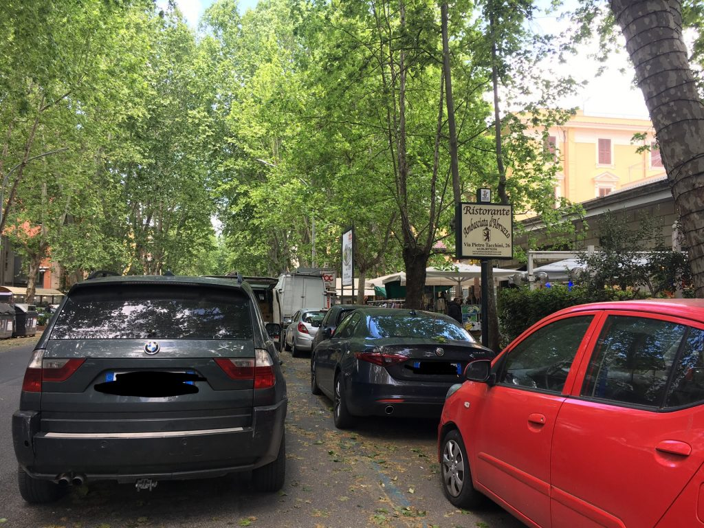 Le auto si accumulano in doppie – talvolta triple – file, restringendo lo spazio della carreggiata