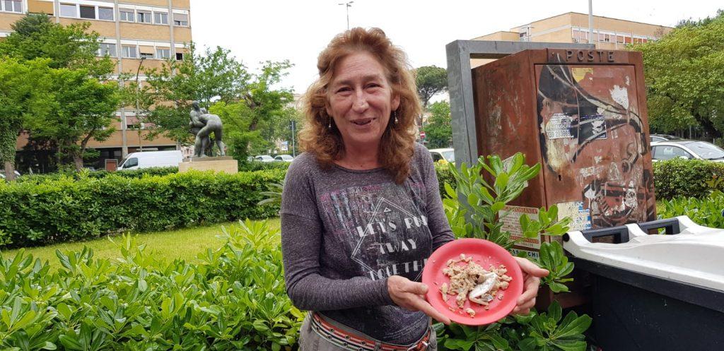 """Paola, la """"gattara"""" del Villaggio Olimpico che si prende cura delle cornacchie"""