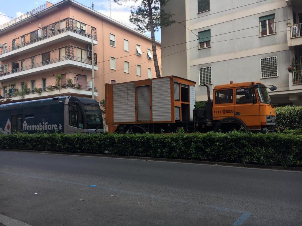 Un mezzo di Atac che porta via il tram danneggiato