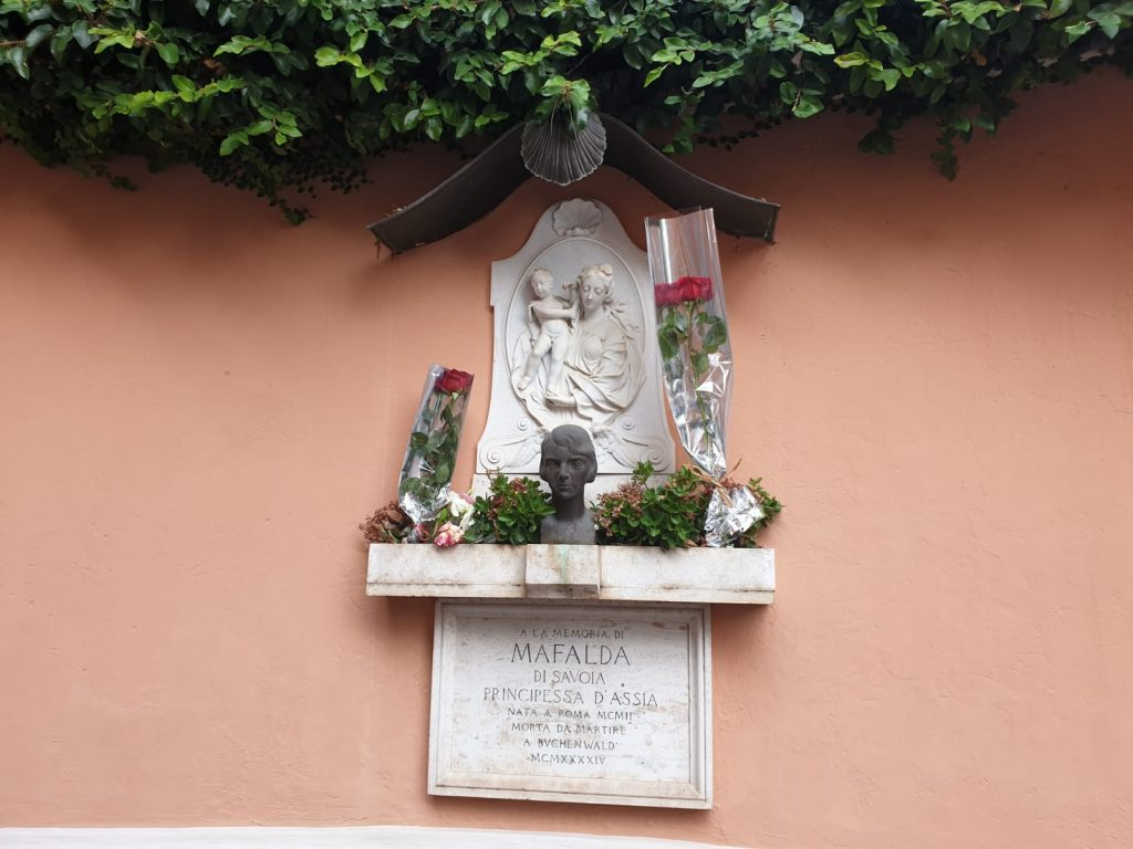 La stele dedicata a Mafalda di Savoia davanti a Villa Polissena