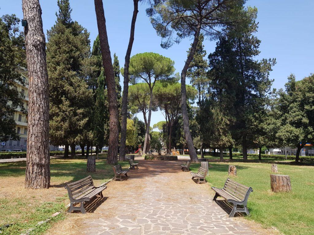 L'area verde di viale Tiziano dopo gli interventi dei volontari