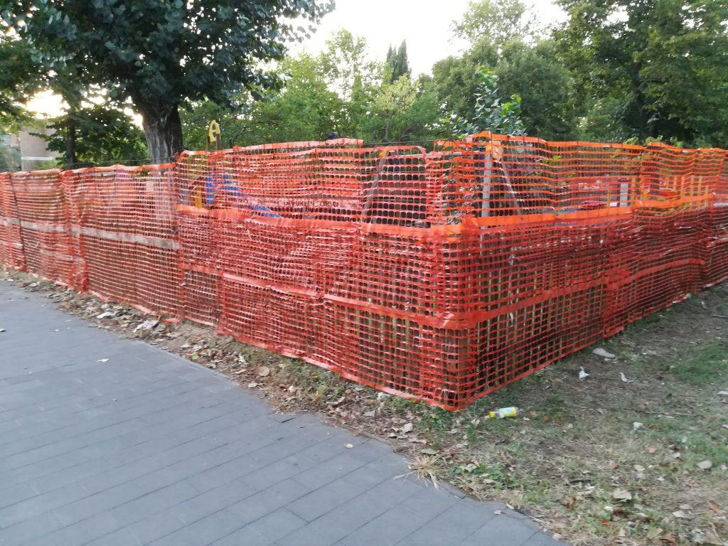 Il piccolo parco era da tempo danneggiato, sporco e trascurato, come già documentato da RomaH24