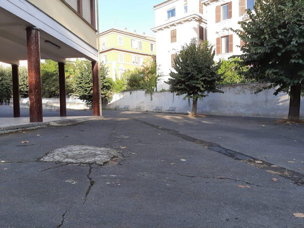 La toppa di cemento nel parcheggio dell'istituto religioso, da lorenzograssi.it