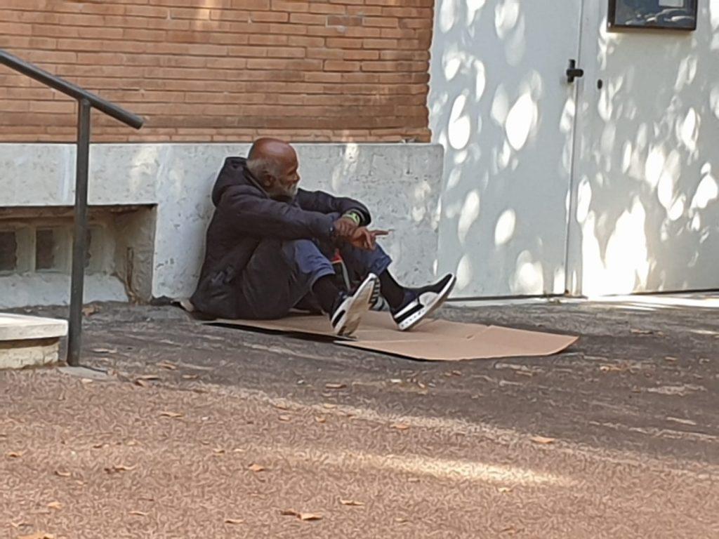Fuori dalla Basilica di Santa Croce un senzatetto bivacca su un giaciglio di fortuna