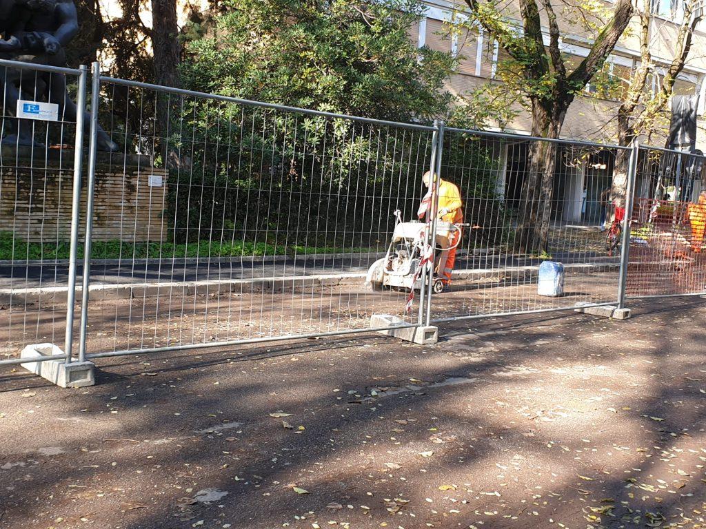 Sono in corso i lavori per donare a via di Gran Bretagna nuovi marciapiedi e un asfalto riqualificato