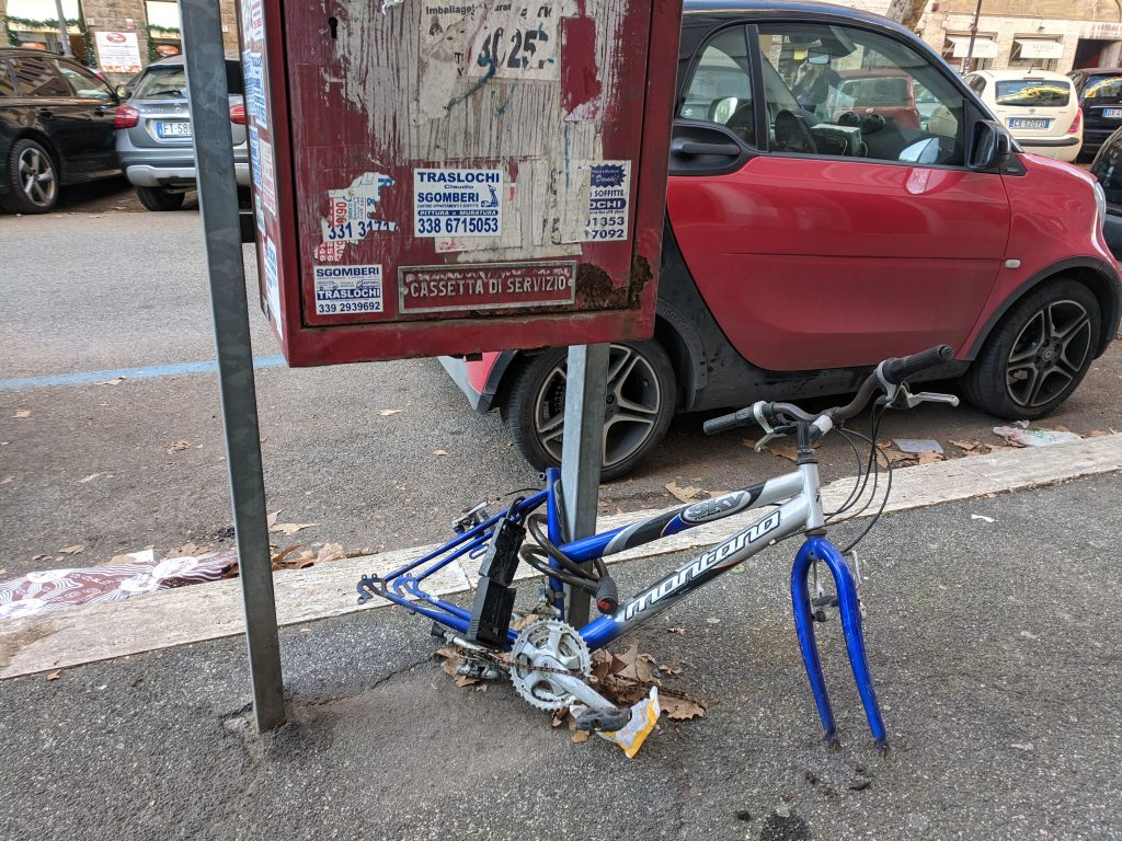 Carcassa di bicicletta abbandonata in viale del Vignola