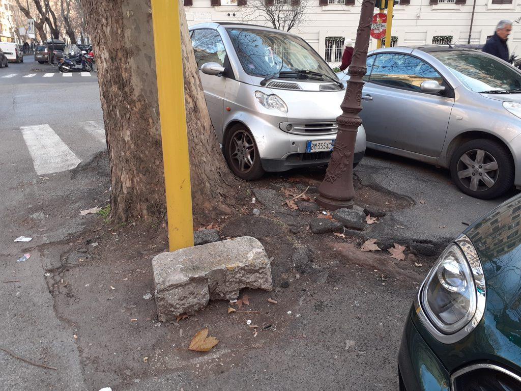 Pezzi di cornicione, e asfalto distrutto