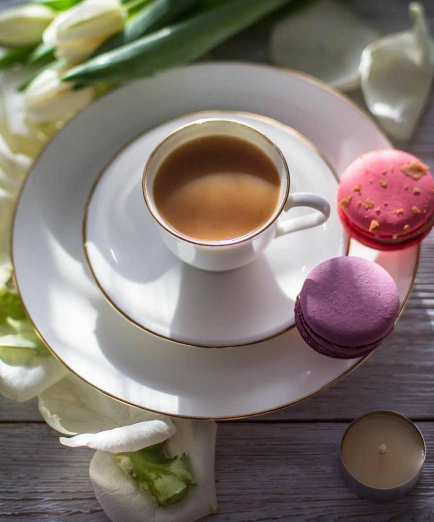 Caffè, macarons e fiori bianchi