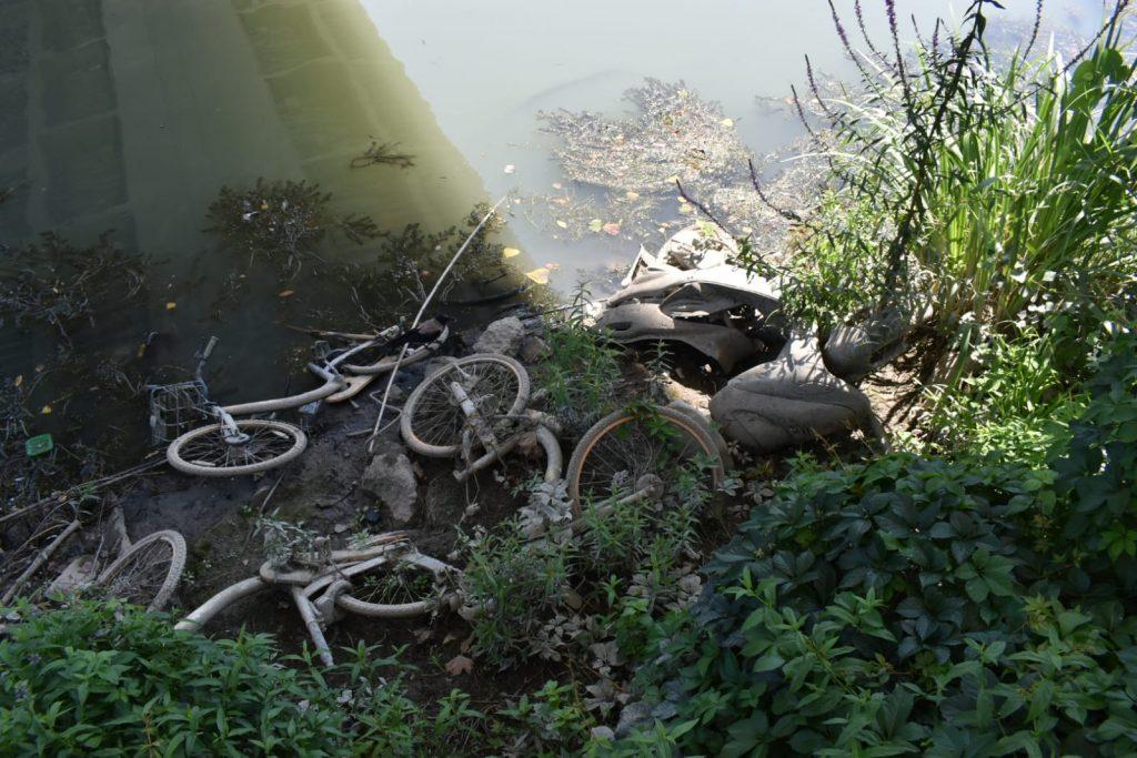 Un cimitero di biciclette, e c'è persino uno scooter