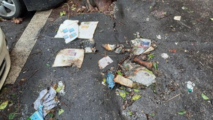 Per terra si trovano anche resti di libri dati alle fiamme. Uno spettacolo davvero spiacevole con l'odore di bruciato che ancora è ben presente nell'aria.