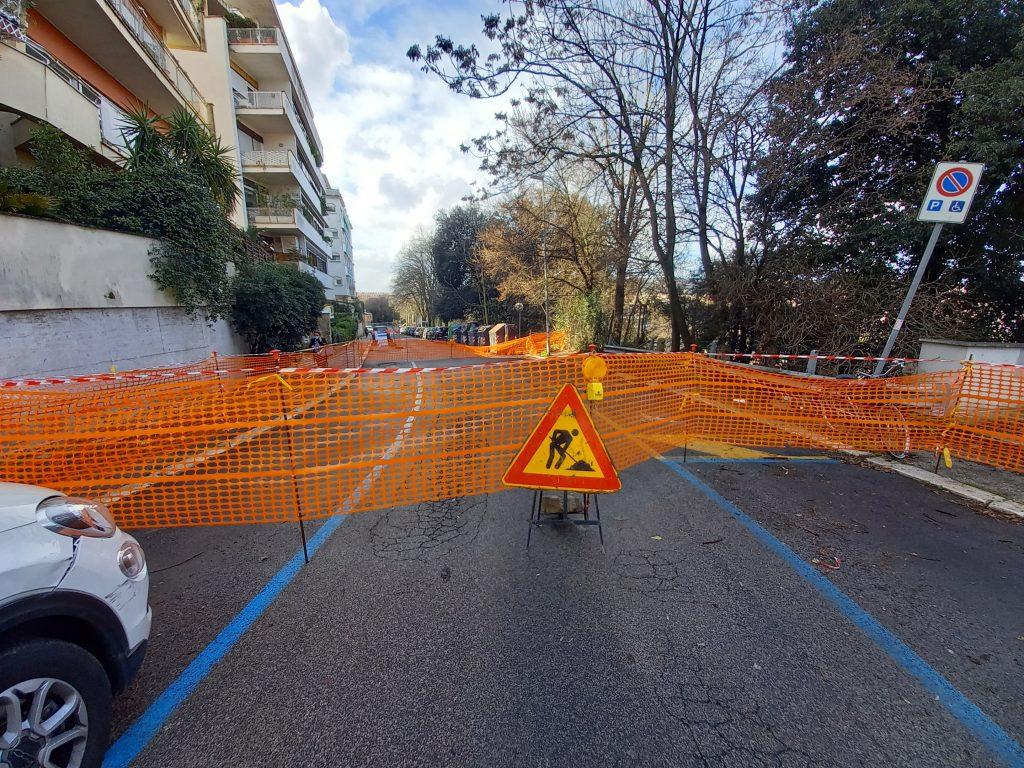 Il tratto di via Archimede chiuso al traffico
