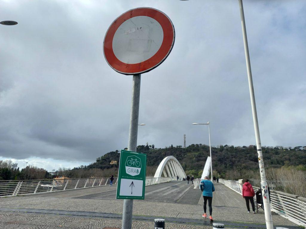 Il cartello di divieto di transito davanti all'ingresso del Ponte della Musica sul lato del Flaminio
