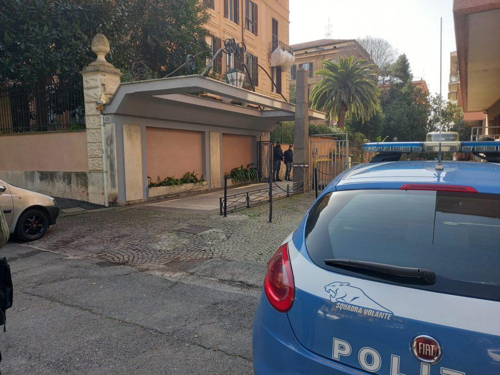 Forze dell'ordine davanti alla casa di Antonio Catricalà, in via Antonio Bertoloni 49