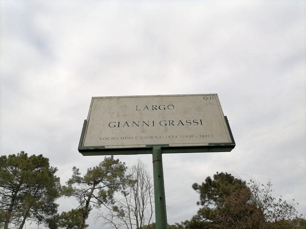 La targa dedicata a Gianni Grassi a Villa Ada
