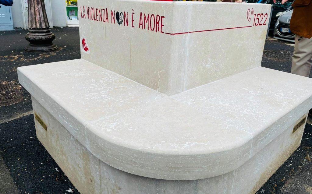 La panchina di marmo inaugurata a viale del Vignola