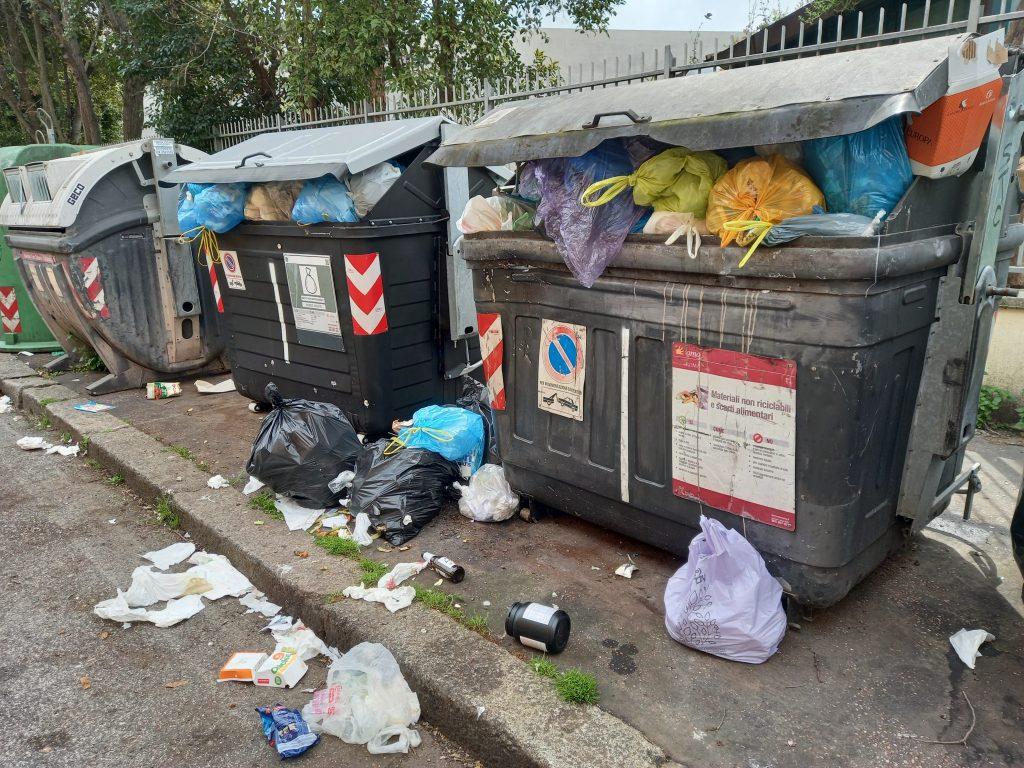 Il punto di raccolta dei rifiuti di via Luigi Poletti, a pochi metri da piazza Mancini
