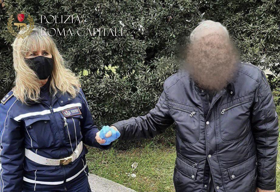 La donna ritrovata con un'agente della polizia locale