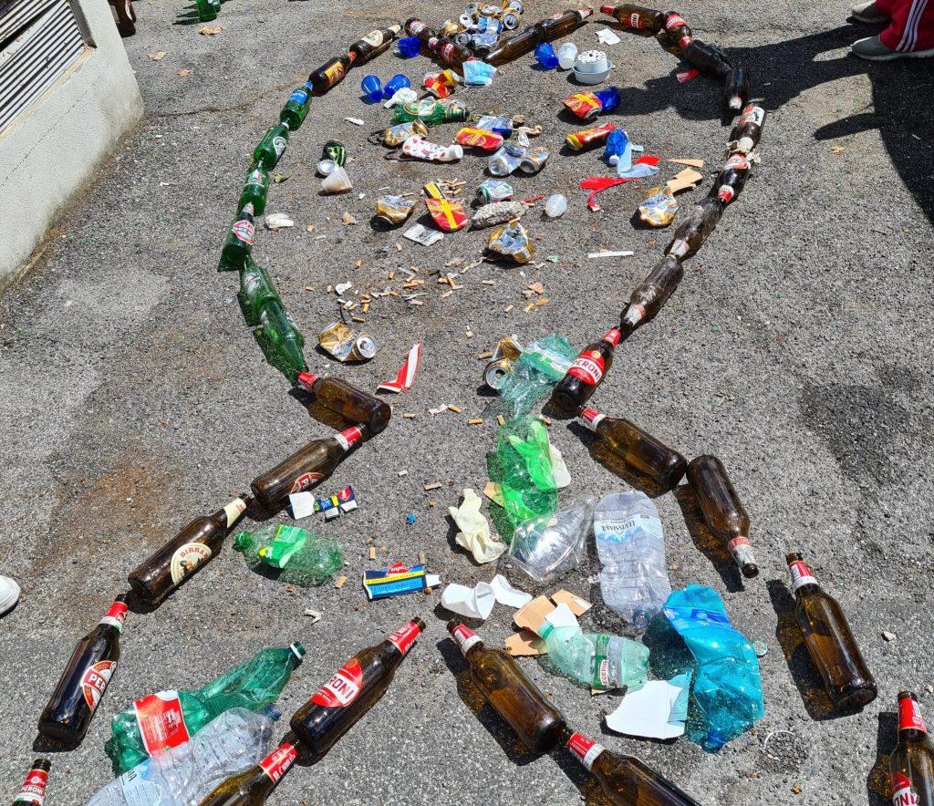 """Un """"pesce"""" di rifiuti composto dagli attivisti"""