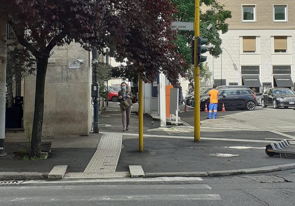 Il semaforo pedonale di piazza Euclide. Foto alla pagina Facebook Parioli & dintorni