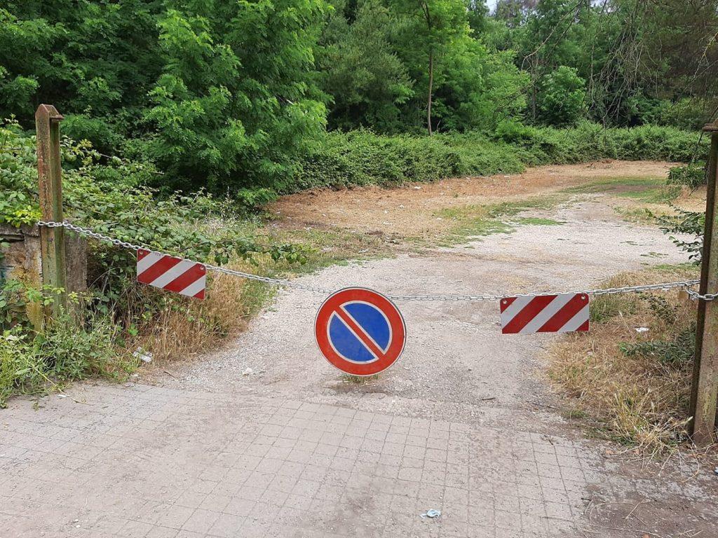 La sbarra contro il parcheggio selvaggio a Monte Antenne. Foto dalla pagina Facebook Osservatorio Sherwood