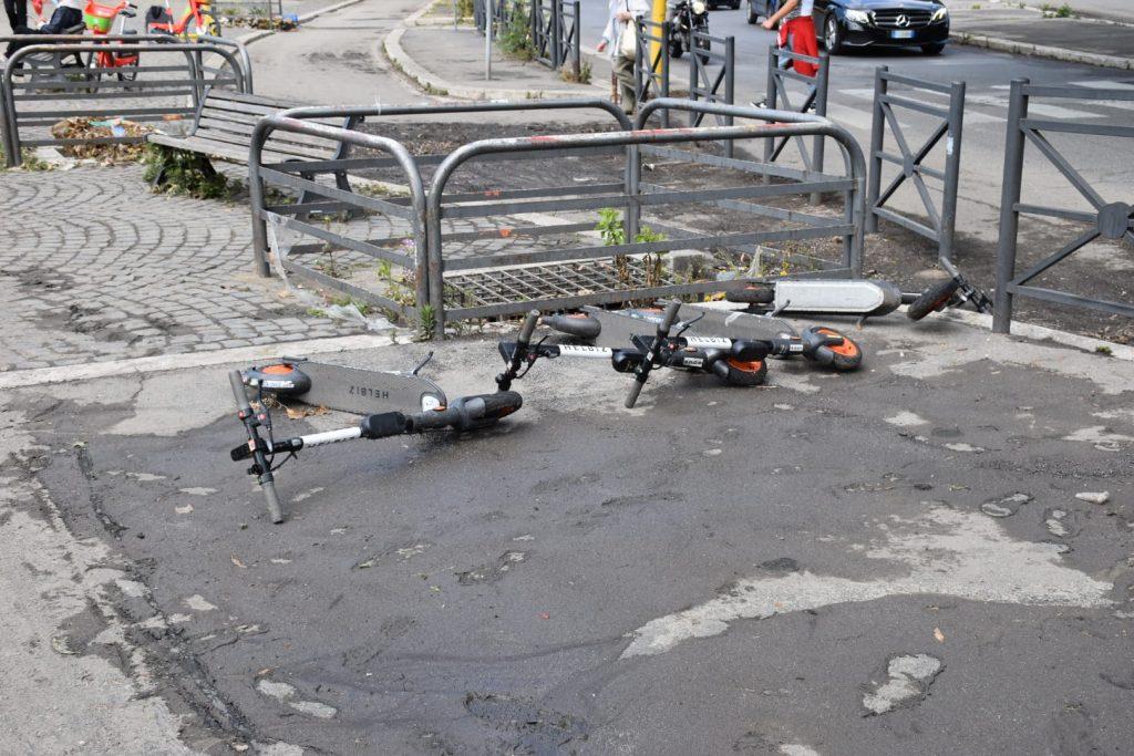 Monopattini elettrici rovesciati dall'acqua a Ponte Milvio