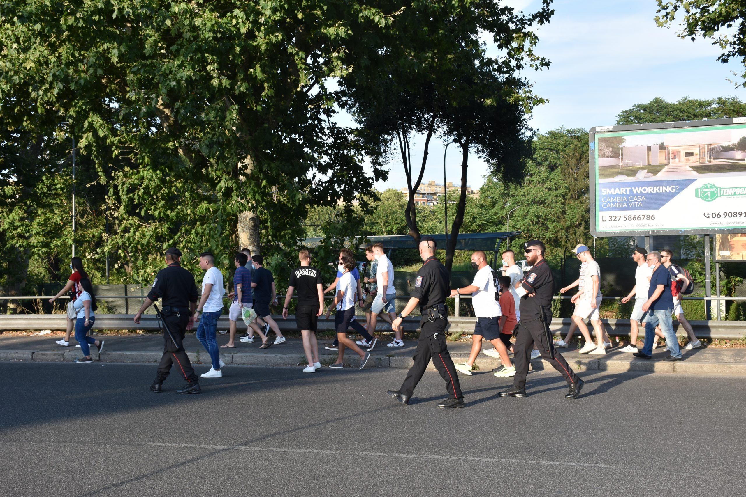 Tifosi in cammino verso lo stadio