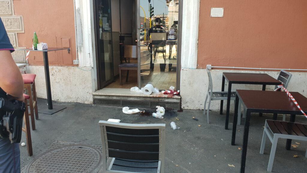 Il sangue lasciato dalla vittima sulla soglia di un locale a Ostiense. Foto Agenzia DIRE