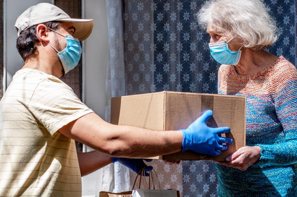 La consegna di un pacco alimentare durante la pandemia da Covid