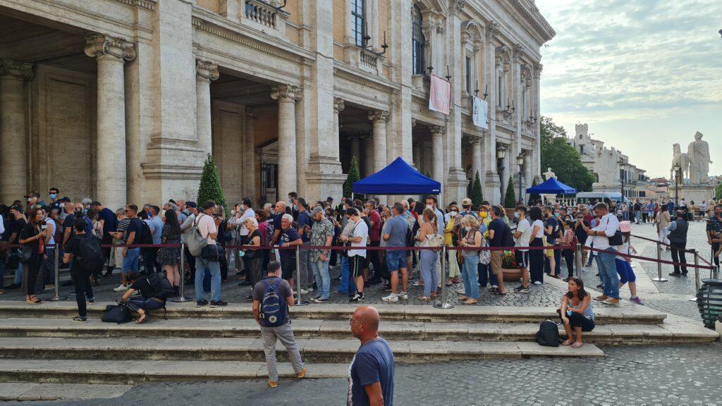 La fila per accedere alla camera ardente per Raffaella Carrà