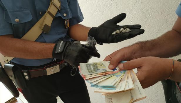 La droga e i contanti sequestrati