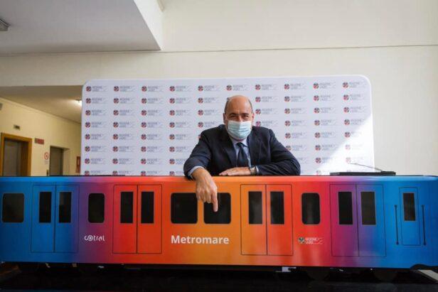 Il presidente della Regione, Nicola Zingaretti, con un rendering della Metromare