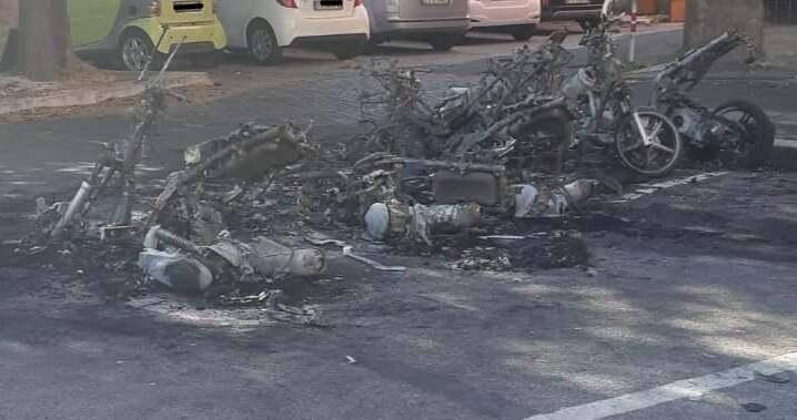 """Gli scooter dati alle fiamme (foto dal gruppo Facebook """"Se de Garbatella se..."""")"""
