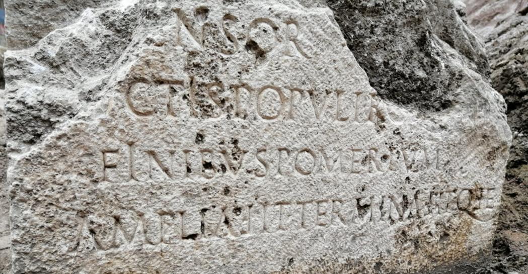 Il cippo ritrovato (foto dal sito del Museo dell'Ara Pacis)