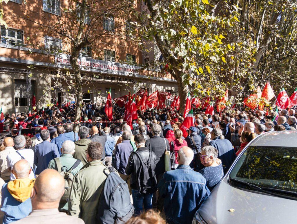 Partecipanti all'assemblea aperta della Cgil il giorno dopo l'attacco (foto dalla pagina Facebook della Cgil)