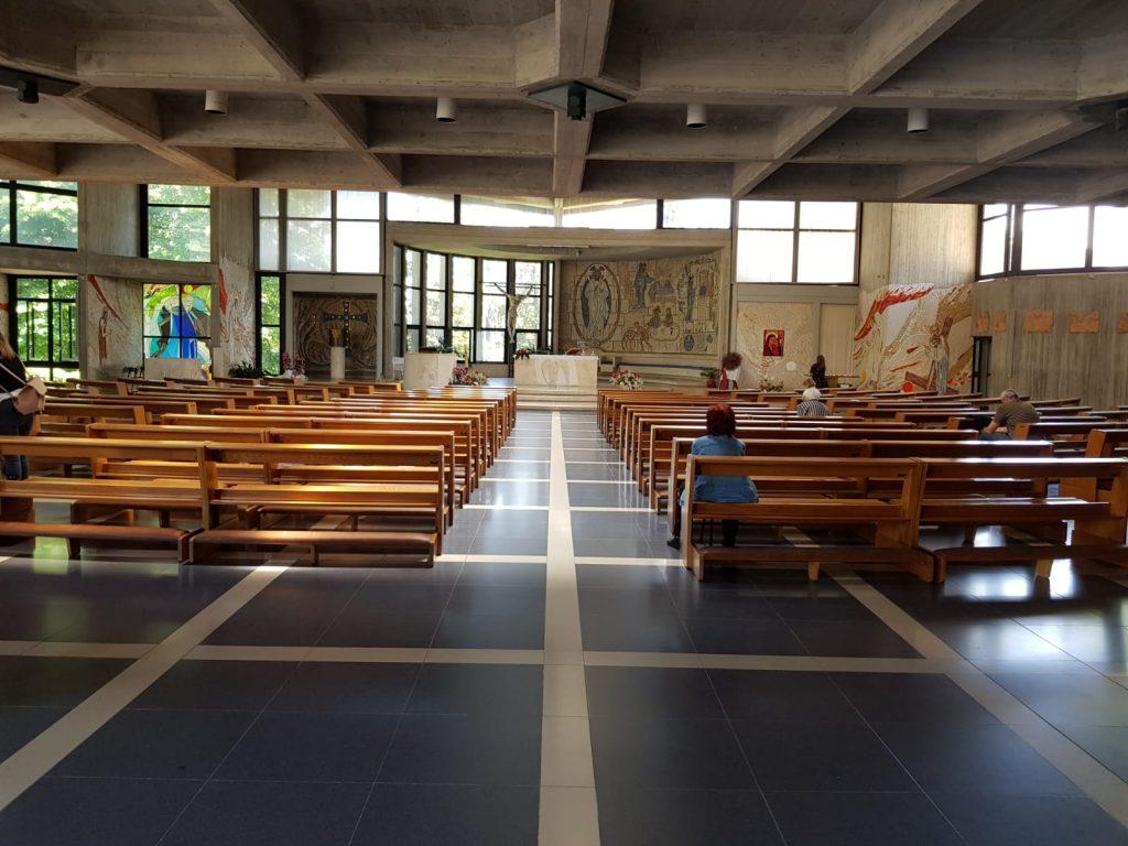 L'interno della chiesa parrocchiale Sant'Ugo (foto da Facebook)