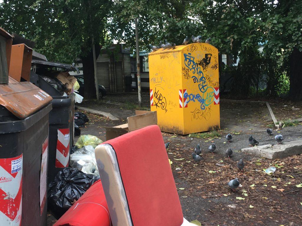 Materasso, cuscini e altri rifiuti abbandonati a largo Valsolda