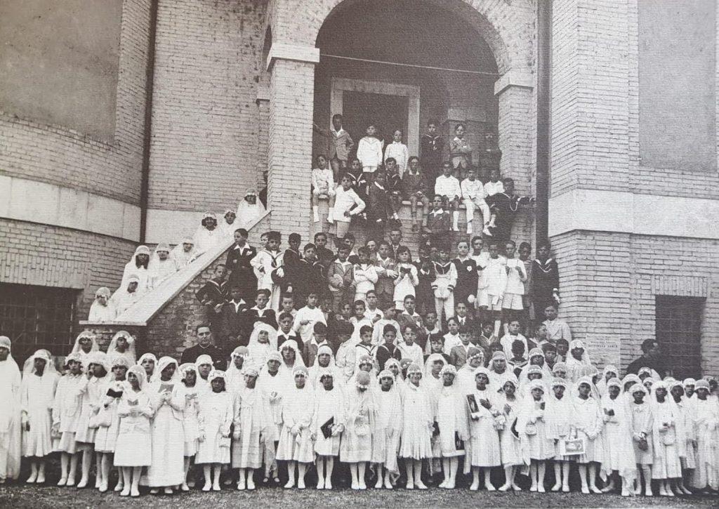 Un momento di vita parrocchiale (foto tratta dall'archivio della chiesa dei Santi Angeli Custodi)