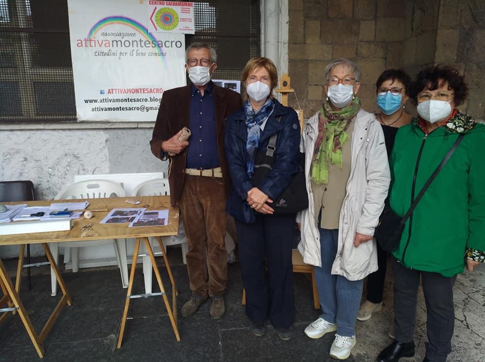 L'assessora alle Politiche sociali del III Municipio, Maria Romano, con un gruppo di volontari