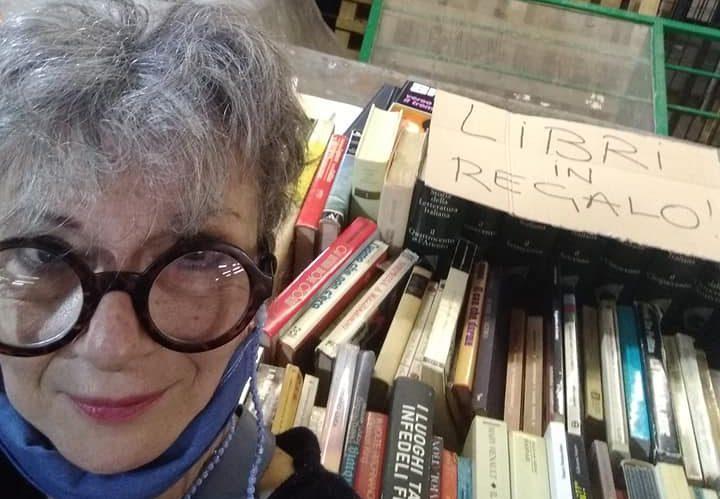 Monica Maggi al mercato del Tufello, dove ha realizzato la prima postazione fissa per lo scambio dei libri