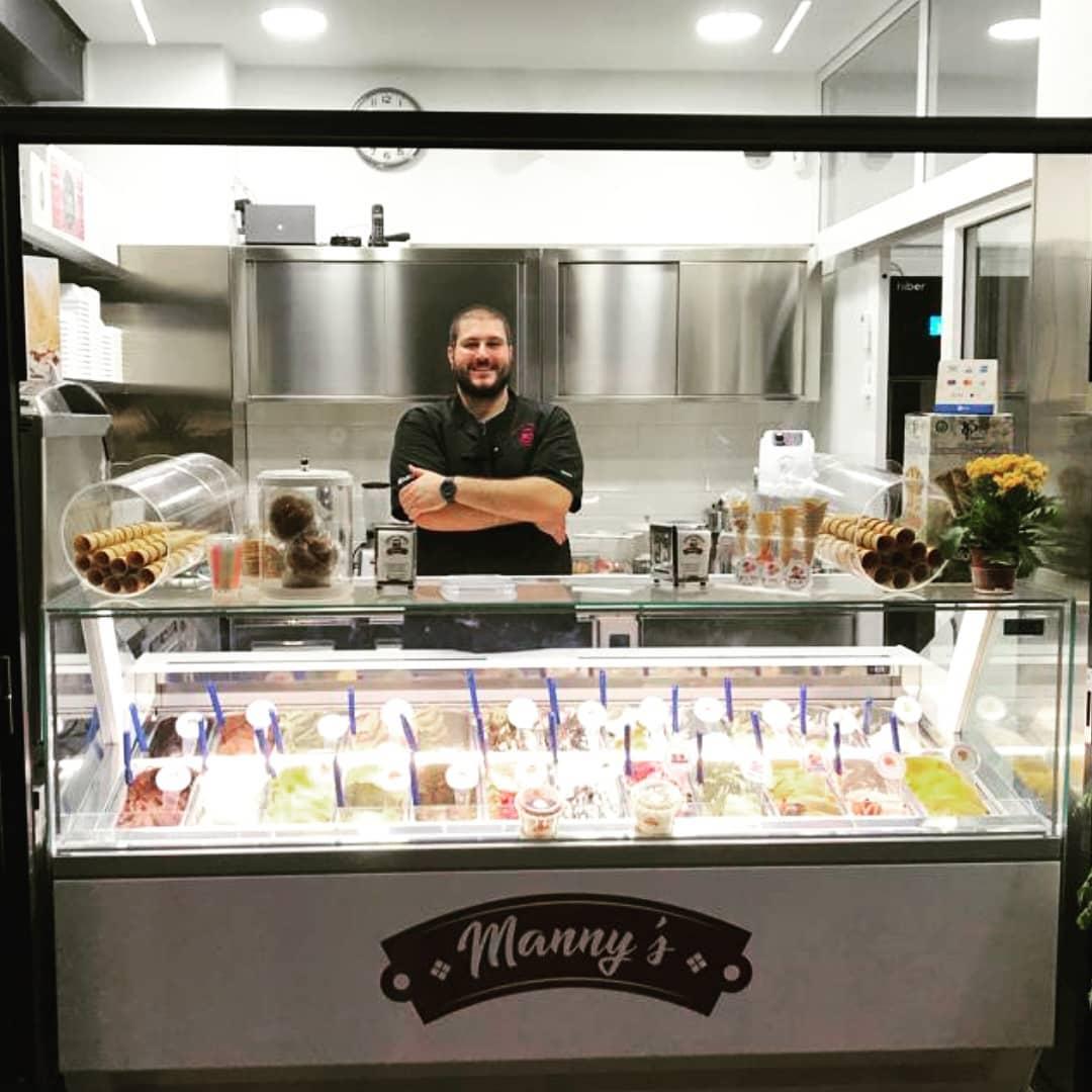 Manuel Pallini nella sua gelateria Manny's, a due passi dal Vaticano