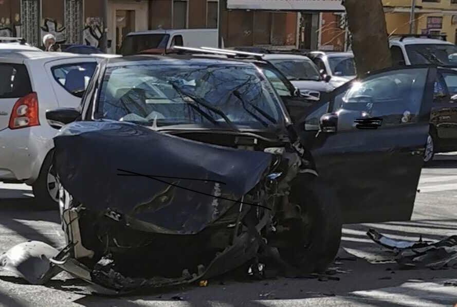 Auto distrutta in un incidente a viale Jonio, il 27 febbraio 2020 (foto di Lucio Parlavecchio)