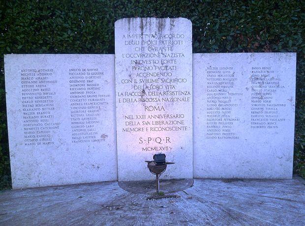 La lapide commemorativa per i martiri di Forte Bravetta, nell'omonimo parco
