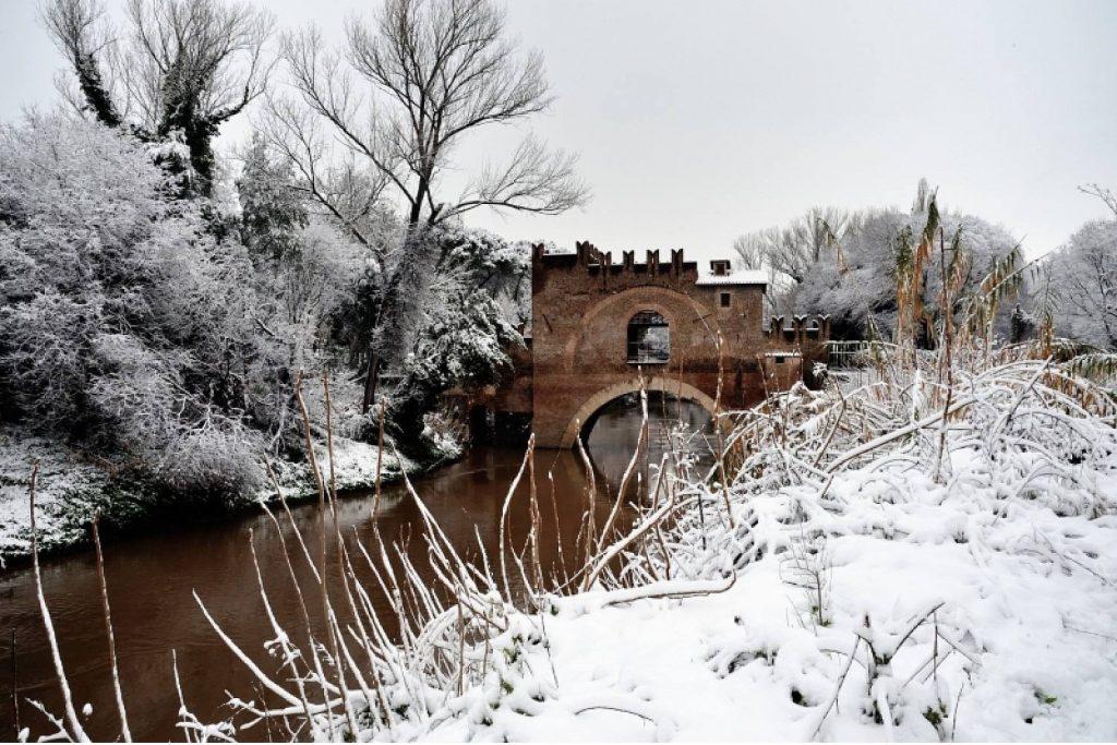 """Ponte Nomentano coperto dalla neve foto dalla pagina Facebook """"Per tutti quelli che vogliono la neve a Roma"""""""