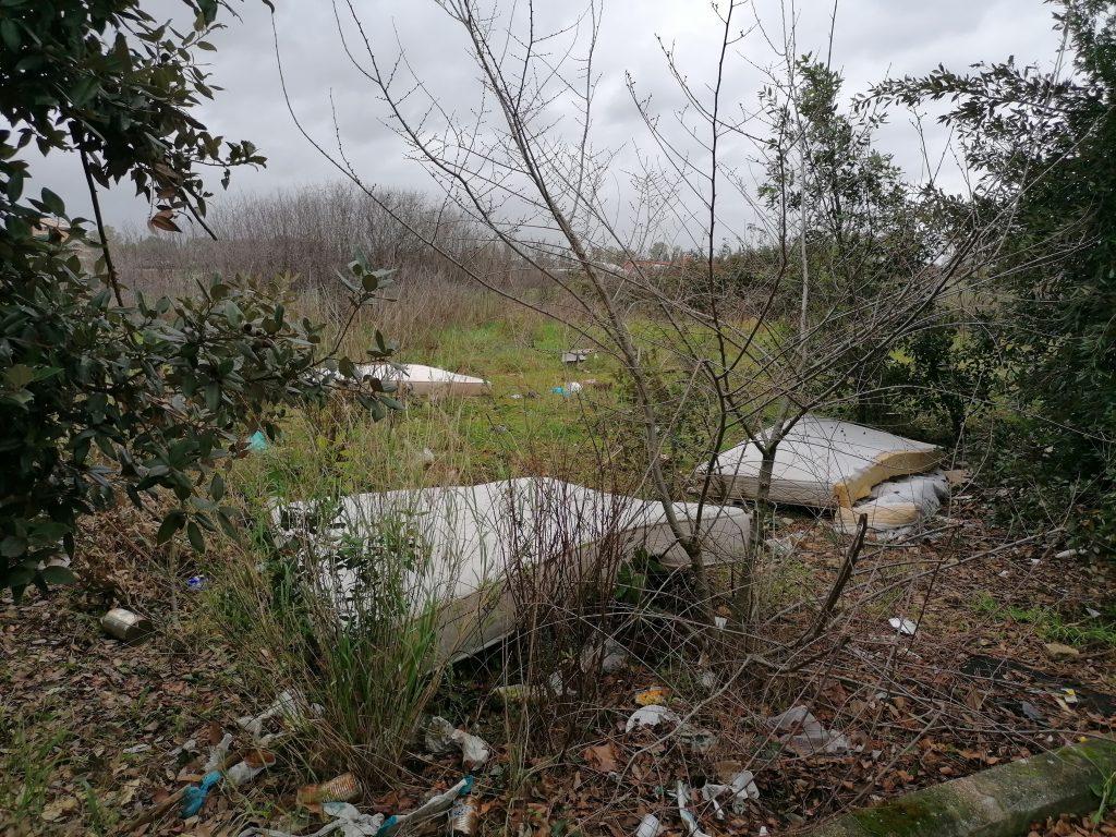 Materassi abbandonati lungo via di Tor San Giovanni a Cinquina (foto Gennaio 2021)