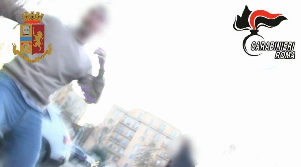 Un fermo immagine del video dell'aggressione