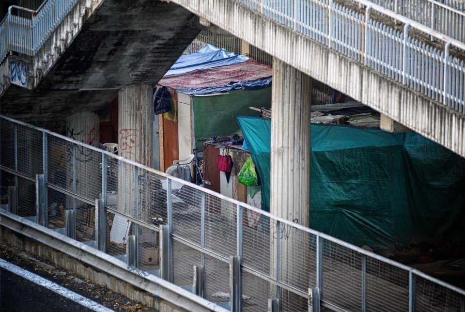 """La tendopoli sotto al viadotto Gronchi (foto dalla pagina """"De Roma Nostra"""")"""