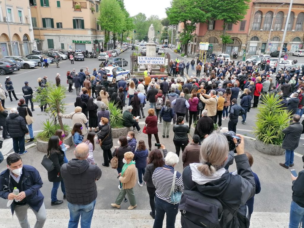Manifestanti ai piedi della madonnina di piazza Sempione