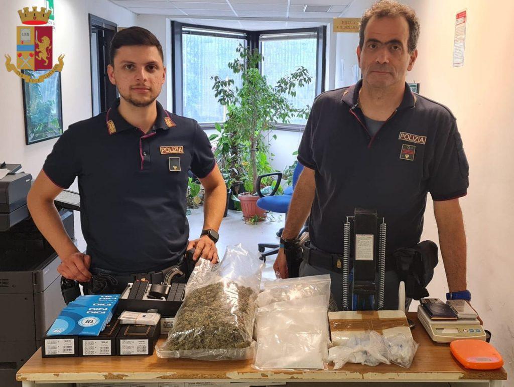 La droga e gli oggetti sequestrati a via Fucini