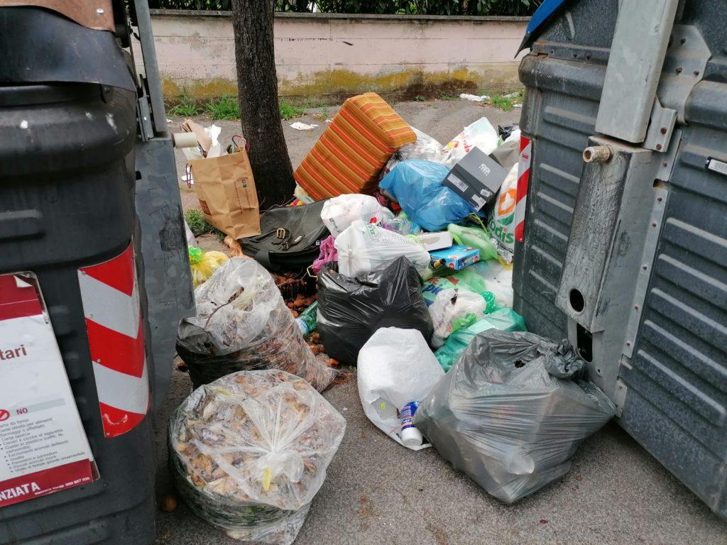 Via Comano, rifiuti accumulati tra i cassonetti